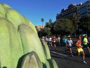 Els atletes de la marató corren davant de les fruites i verdures gegants de Mercavalència