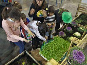 Xiquets participant en els tallers de l'estand de Mercavalència