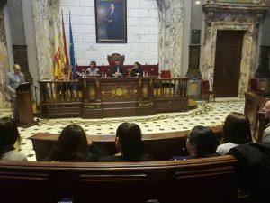 Els alumnes del curs d'Auxiliar de Carnisseria rebent els seus diplomes a l'Ajuntament de València