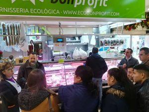 Els alumnes del curs d'Auxiliar de Carnisseria al mercat de Russafa.
