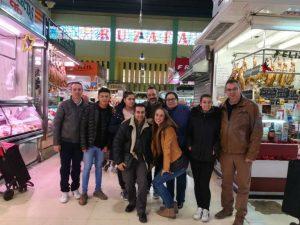 Foto de grup del alumnes al mercat de Russafa