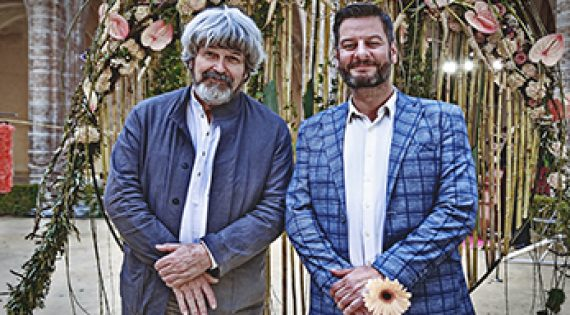 El president de Mercavalència, Carlos Galiana, i el mestre internacional, Gregor Lersch, innauguren la mostra d'art floral més espectacular de València