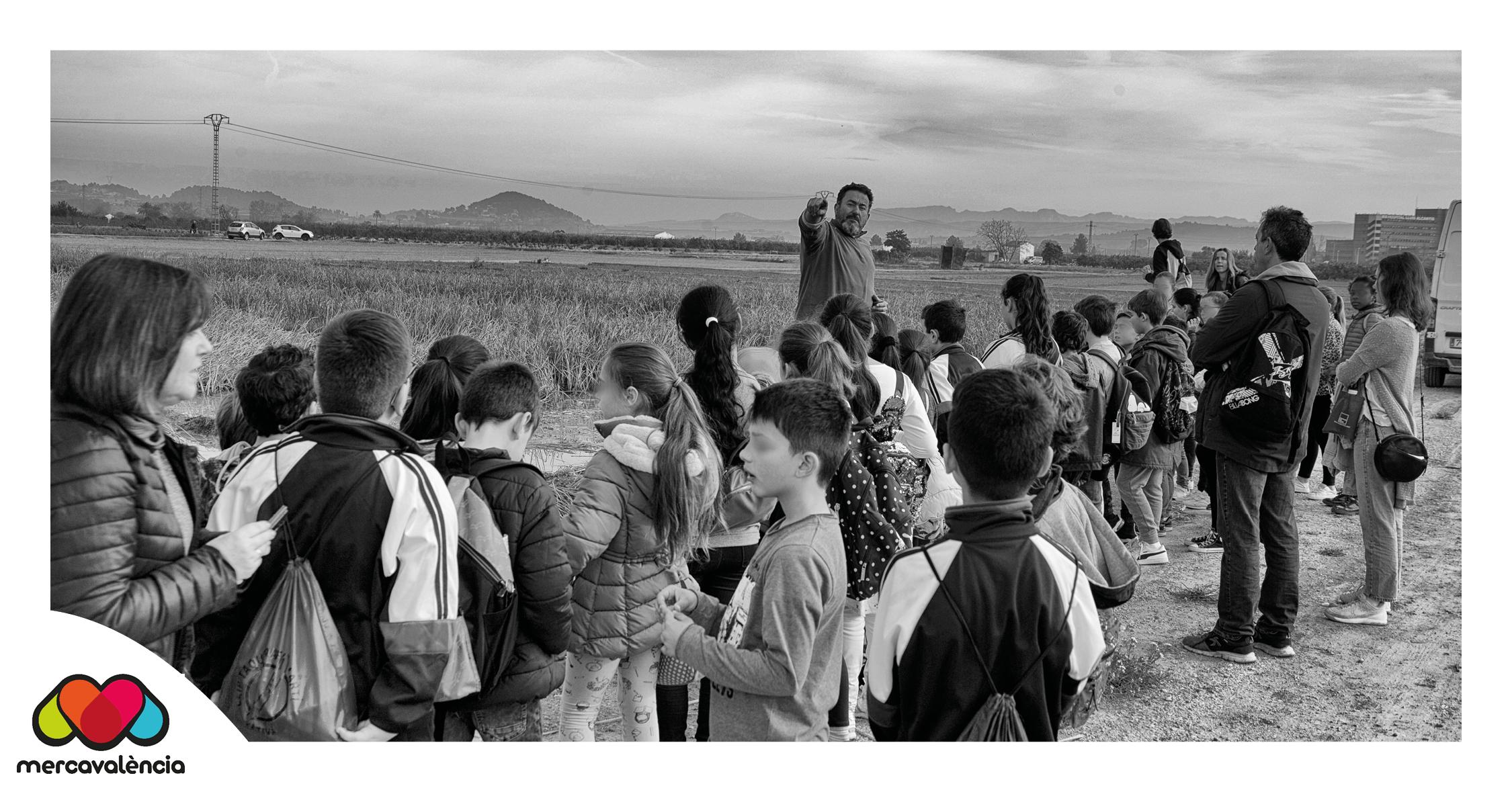 José Guerola, agricultor de la Tira de Comptar, apropa l'horta a xiquetes i xiquets amb motiu del FirAll de Xàtiva,